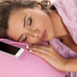気をつけて!枕元スマホはお肌の老化を一気に加速させる!!