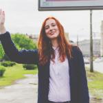 【心理テスト】あなたに向かって手を振る人がいます…その理由は?答えでわかる身近な人との付き合い方