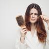 薄毛で悩んでるのは男性だけではない… 皮膚科医おすすめの「抜け毛を防ぐ解決策」を3つご紹介!