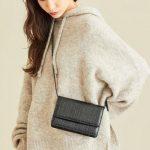 いろんなスタイルにも合わせれる万能なミニサイズの黒バッグをご紹介♪