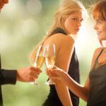 嫉妬深い女性の特徴10選 やきもち焼きな性格や行動の心理とは?